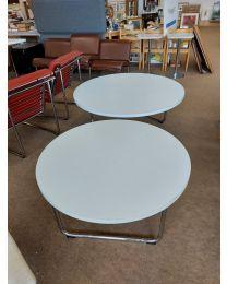 2 Remmi-sarjan pyöreää pöytää, design: Yrjö Kukkapuro